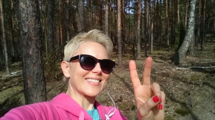 Anna Samusionek w lesie