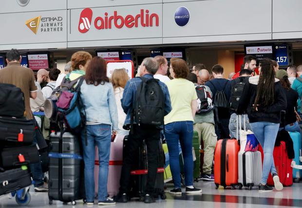 Pasażerowie odwołanego lotu Air Berlin na lotnisku w Duesseldorfie