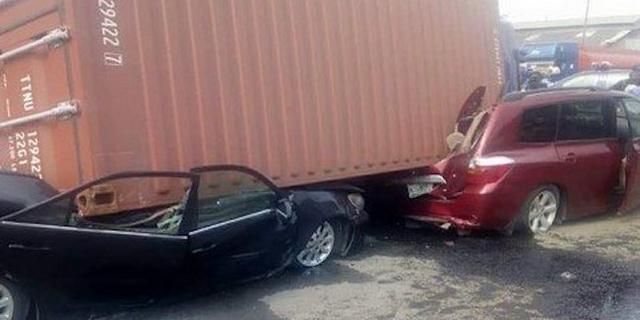 40 feet container crushes 2 vehicles, kills 1 on Otedola bridge   Pulse  Nigeria