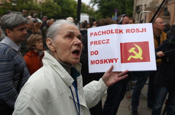 Przed Cmentarzem Powązkowskim zbierają się zwolennicy i przeciwnicy gen. Jaruzelskiego PAP/Tomasz Gzell
