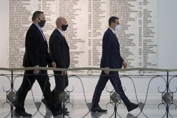 Premier Mateusz Morawiecki na korytarzu Sejmu w Warszawie