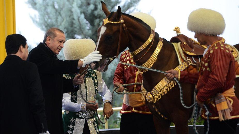 Prezydent Turcji Recep Tayyip Erdogan (drugi z lewej) ogląda konia, którego otrzymał w prezencie od prezydenta Turkmenistanu podczas oficjalnej wizyty w tym kraju, 2014 r.