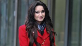 Ewelina Lisowska w czerwonym płaszczu pod studiem Dzień Dobry TVN