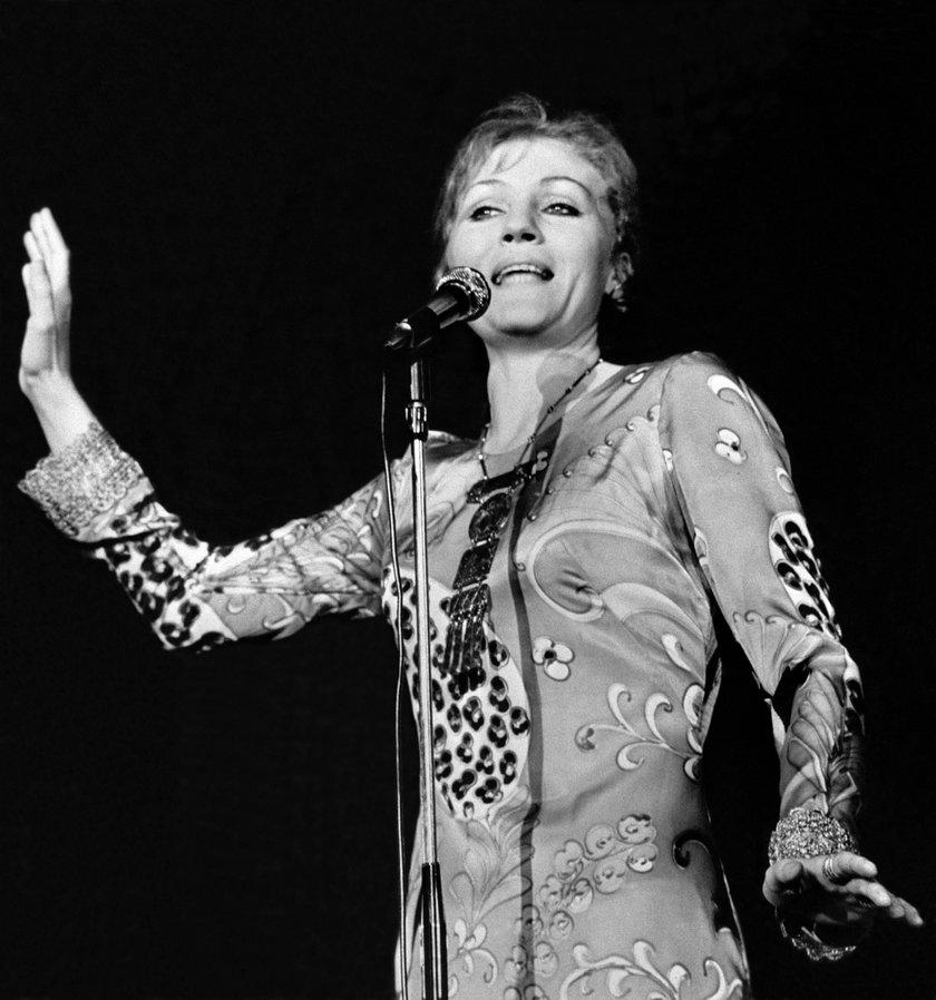 Anna German przy mikrofonie