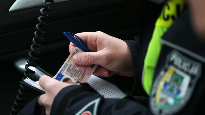 Nowe przepisy, które właśnie wchodzą w życie, wprowadzają znacznie ostrzejsze kary. Rząd przyparł do muru nie tylko kierowców, ale też i... rodziców oraz pieszych. Konsekwencje są znacznie bardziej bolesne niż do tej pory. Zobacz, za co grozi dożywotnia utrata prawa jazdy, czy mandat nawet cztery razy wyższy niż do tej pory oraz pozbawienie wolności…