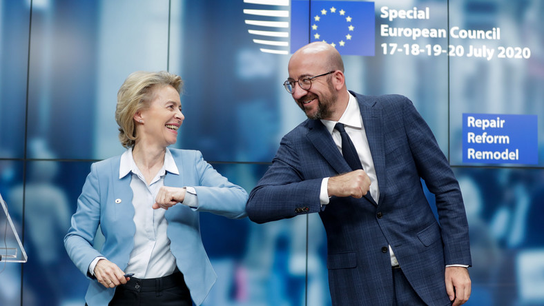 epaselect epa08557681 European Commission President Ursula Von Der Leyen (L) and European Council President Charles Michel (R) give a elbow shot at the end of a news conference following a four day European summit at the European Council in Brussels, Belgium, 21 July 2020. European Union nations leaders meet face-to-face for a fourth day to discuss plans to respond to the coronavirus pandemic and a new long-term EU budget. EPA/STEPHANIE LECOCQ / POOL Dostawca: PAP/EPA.