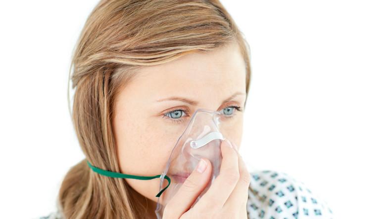 Chora kobieta robi inhalację