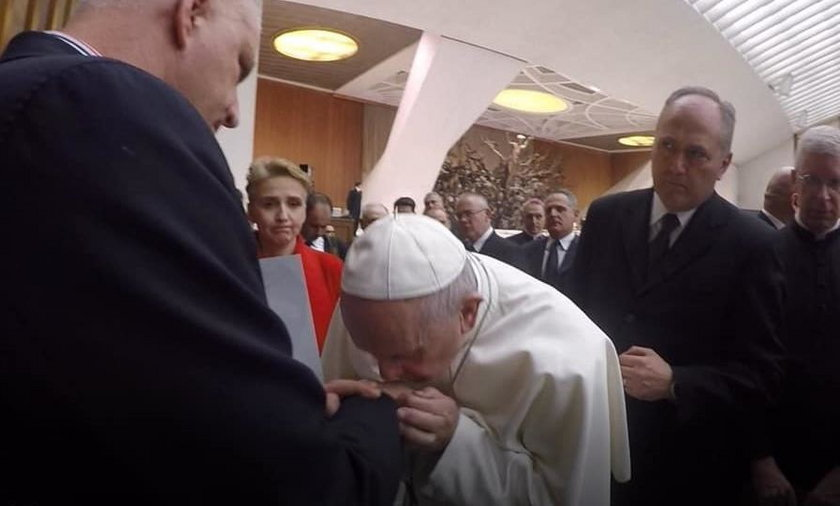 Papież pocałował w rękę polską ofiarę pedofilii w kościele