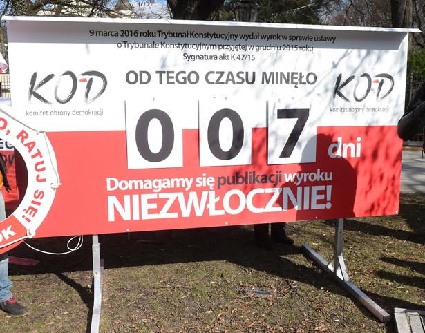 Demonstracja pod KPRM- licznik dni bez publikacji orzeczenia TK