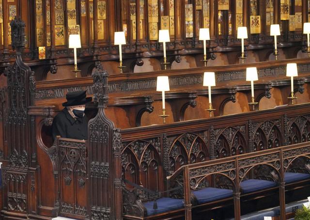 Kraljica Elizabeta sedi sama u kapeli