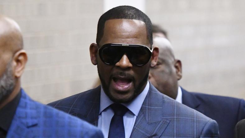 R. Kelly w drodze na przesłuchanie