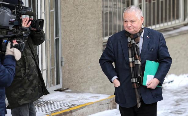 Prezes NBP Adam Glapiński składał w czwartek w katowickiej prokuraturze zeznania jako świadek w śledztwie, w którym podejrzanym o przekroczenie uprawnień jest b. szef Komisji Nadzoru Finansowego Marek Chrzanowski.