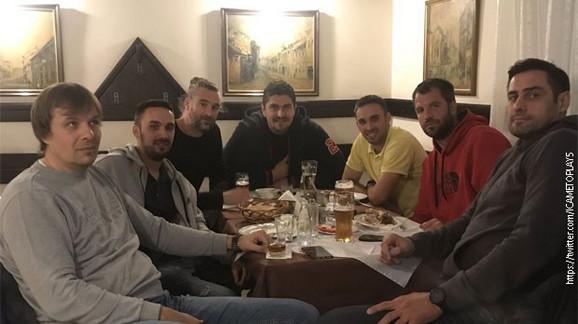 POSLE MEČA SVI NA VEČERU: Darko Miličić sa saigračima u restoranu