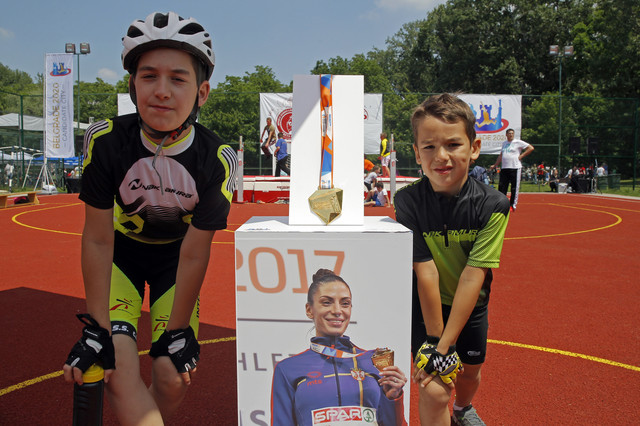 Mališani sa zlatnom medaljom Ivane Španović