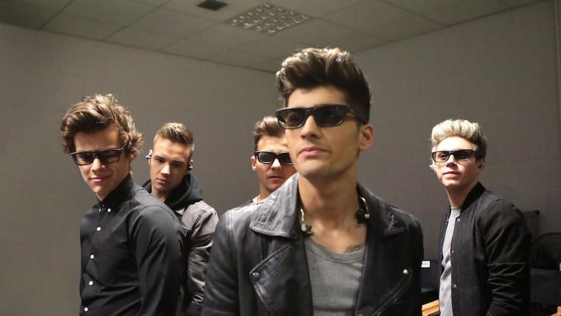 """Młodzi Brytyjczycy nazywani są """"złotymi chłopakami"""" –sprzedali kilkanaście milionów płyt, ich teledyski na YouTube miały ponad półtora miliarda wyświetleń, a wartość rynkową One Direction oszacowano na 155 milionów dolarów"""