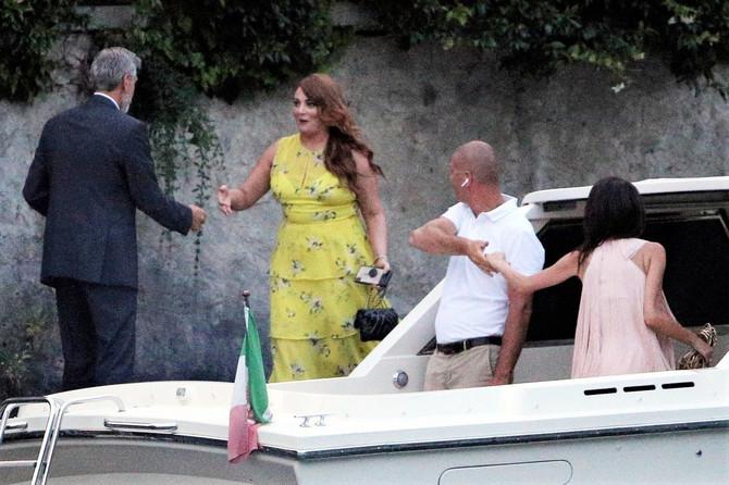Amal i Džordđ Kluni sa prijateljima na jezeru Komo u Italiji