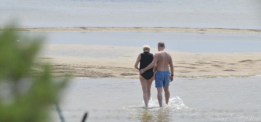 Prezydent Duda z żoną na urlopie. Pośmigał po Bałtyku i poszedł z Agatą na spacer. Cena jego kąpielówek? Jest godna! [DUŻO ZDJĘĆ]