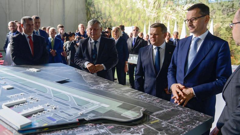 Premier przy makiecie lotniska w Radomiu