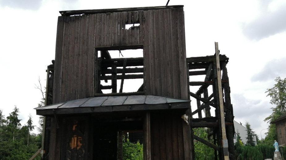 Zgliszcza spalonego kościoła w Mileszkach