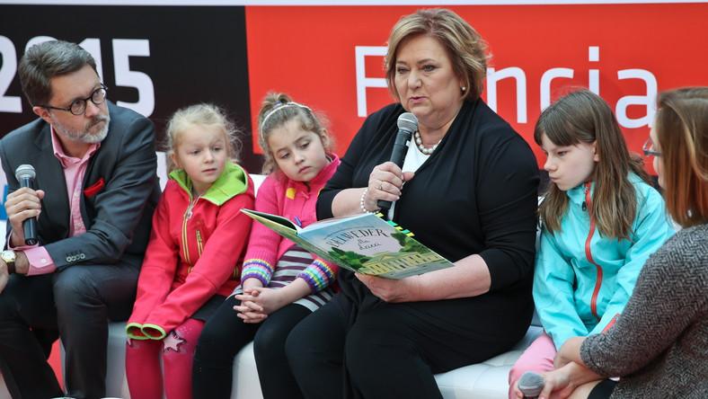 Małżonka prezydenta w towarzystwie prezesa Fundacji Wisławy Szymborskiej Michała Rusinka i dzieci.