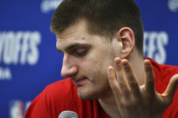 Nikola Jokić na konferenciji za štampu posle poraza Denvera od Portlanda u majstorici