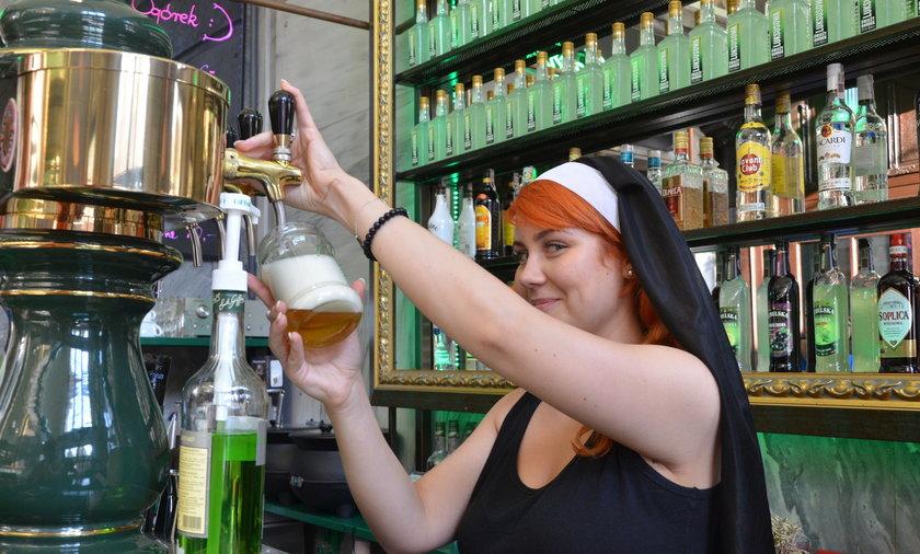 W pubie pracują dziewczyny przebrane za zakonnice
