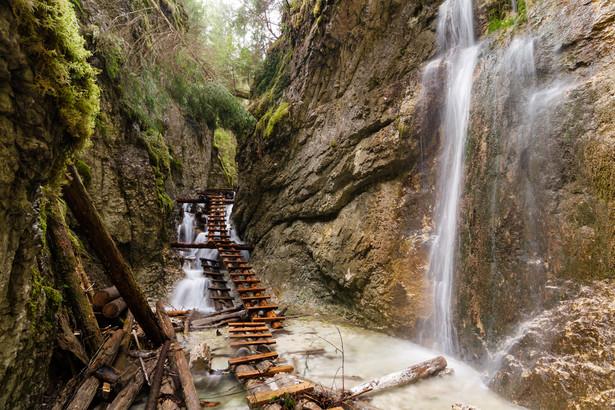 1. Słowacki Raj Wąwozy w Słowackim Raju mają długość od 0,8 do 4,5 km. To właśnie nimi biegną najciekawsze szlaki tego krasowego płaskowyżu. Do pokonania niektórych odcinków często korzystać trzeba ze sztucznych ułatwień takich jak drabiny, mostki czy metalowe kładki.