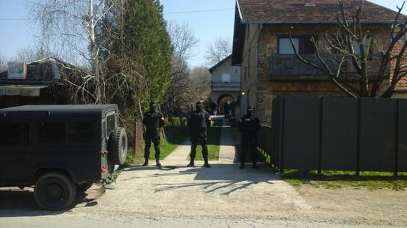 Policija ispred njegove kuće u Petrovaradinu