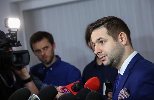 Chodzi o projekt nowej ustawy o SN, który pojawił się na stronach Sejmu w środę późnym wieczorem. Zakłada on utworzenie trzech nowych Izb SN, modyfikacje w powoływaniu sędziów SN i umożliwia przeniesienie obecnych sędziów SN w stan spoczynku.