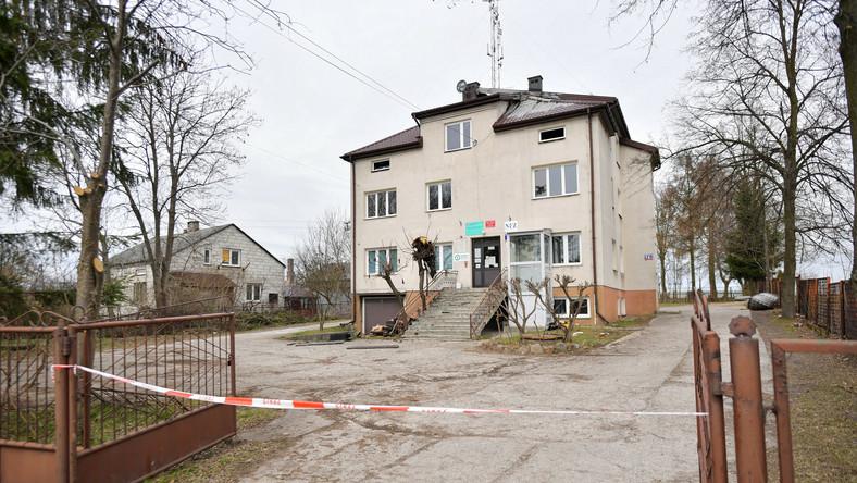 Bojmie, 05.04.2021. Budynek w miejscowości Bojmie (pow. siedlecki, woj. mazowieckie), w którym w nocy z niedzieli na poniedziałek wybuchł pożar, 5 bm. W pożarze zginęli 31-letni mężczyzna i 9-letnia dziewczynka, 32-letnia kobieta i drugie dziecko w ciężkim stanie przetransportowani zostali do szpitala. Kilkanaście osób ewakuowano. W budynku mieszczą się 4 mieszkania i placówka ochrony zdrowia. (jm) PAP/Przemysław Piątkowski