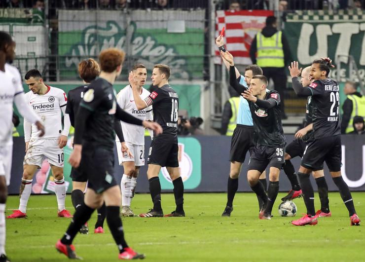 Trenutak kada Filip Kostić dobija crveni karton protiv Verdera