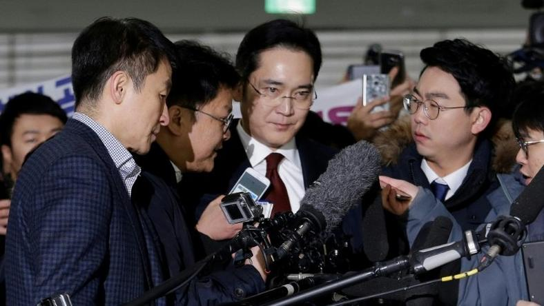 South Korean prosecutors have asked a Seoul court to issue an arrest warrant for Lee Jae-Yong, the son of the Samsung group chairman Lee Kun-Hee (C)