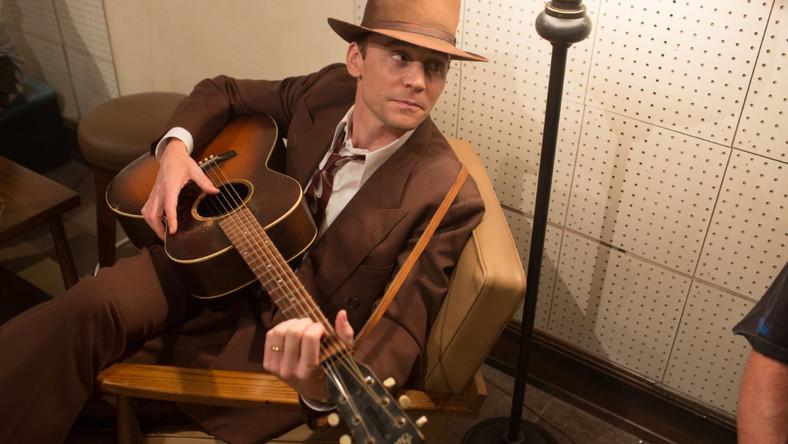 """""""I Saw the Light"""": Tom Hiddleston pije na umór i śpiewa country"""