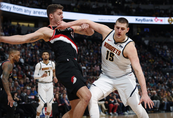 Nikola Jokić u duelu sa Mejersom Leonardom iz Portlanda