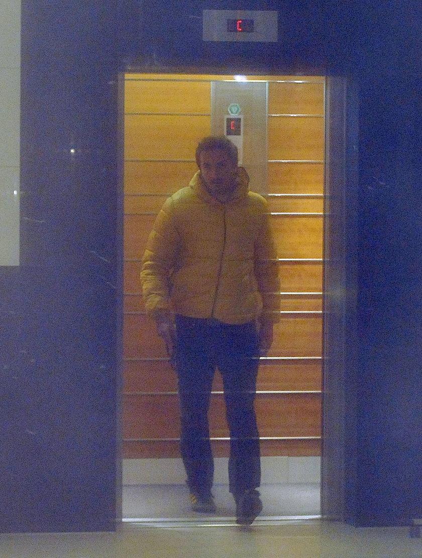 Sebastian Karpiel-Bułecka w żółtej kurtce w Krakowie