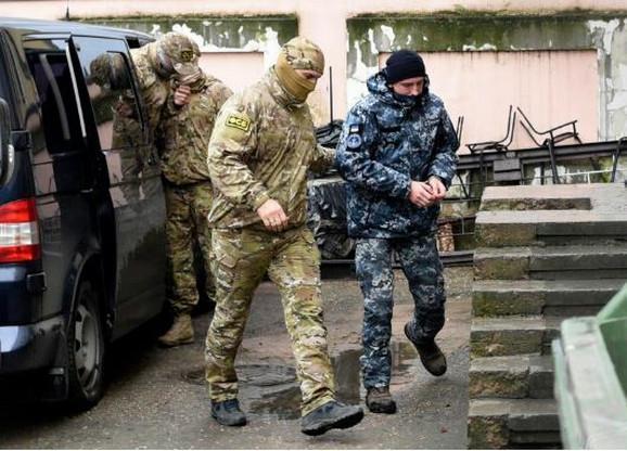 Pripadnici FSB privode ukrajinske mornare