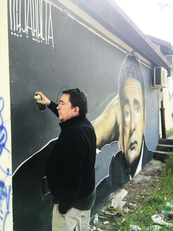 Milan - Lane Gutović pored murala sa svojim likom