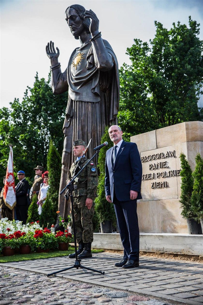 """Urzędnicy biorą się za """"prezent"""" od Macierewicza"""