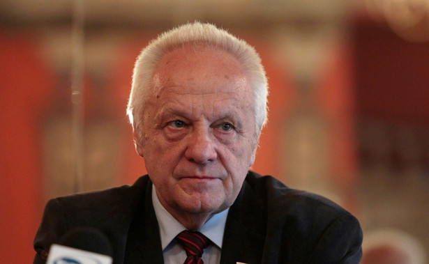 Prokuratura Krajowa poinformował w czwartek PAP, że zamierza postawić posłowi Niesiołowskiemu zarzuty popełnienia przestępstwa o charakterze korupcyjnym.