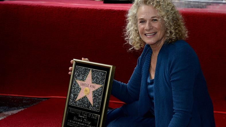 Carole King należy do grona najwybitniejszych autorek piosenek na świecie. Po otrzymaniu każdej możliwej nagrody branżowej, artystka dodała do kolekcji prestiżową gwiazdę ze swoim imieniem na chodniku przy Hollywood Boulevard