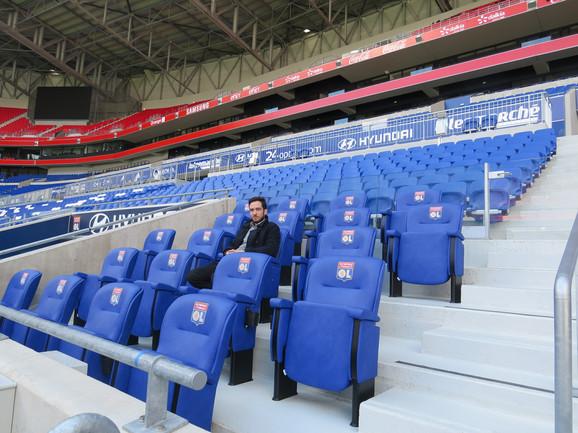 Olimpijski stadion u Lionu, klupe u okviru tribine