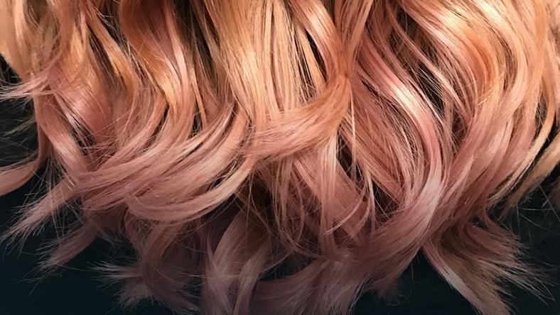Włosy w kolorach zachodzącego słońca