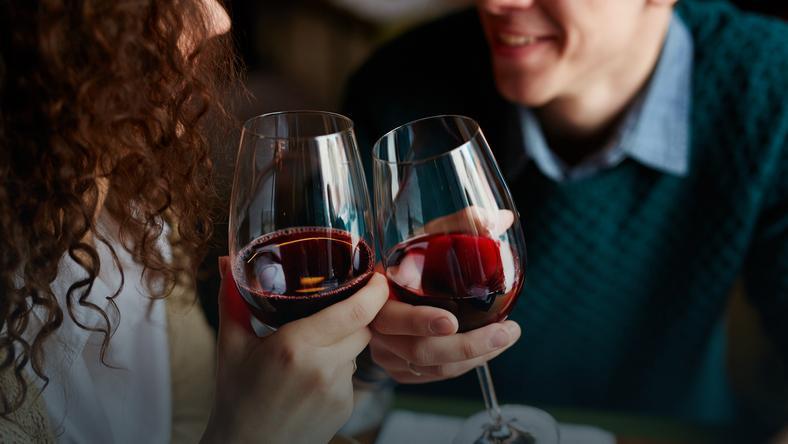 Naukowcy wykorzystali technologię śledzenia wzroku, aby dokładniej zbadać, jak alkohol wpływa na postrzeganie kobiet przez panów