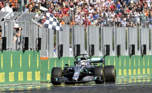 Luis Hamilton prolazi kroz cilj u trci za Veliku nagradu Mađarske