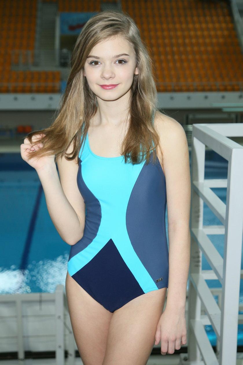 Julka Wróblewska w kostiumie kąpielowym