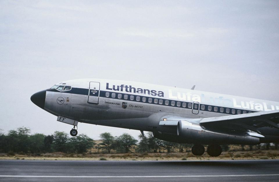 Boeing 737-200 w barwach Lufthansy. Zdjęcie z 1988 roku