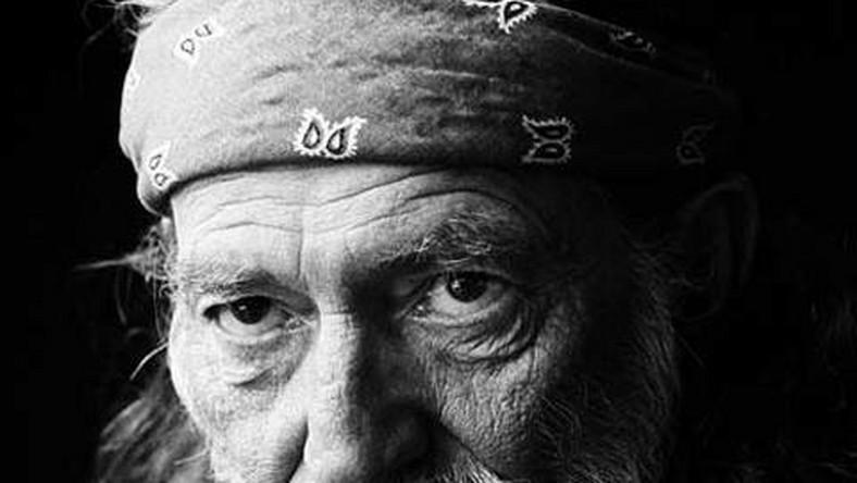 Willie Nelson wciąż nagrywa i robi to niezwykle często. A – co najważniejsze – w więcej niż przyzwoity sposób. W ciągu ostatnich trzech lat pojawiły się aż cztery wydawnictwa sygnowane jego nazwiskiem. Dochodzą do tego płyta koncertowa, składanki i kolaboracje
