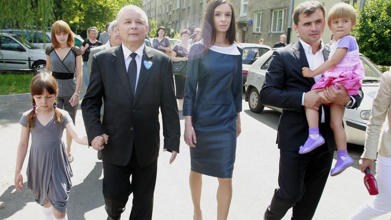 Marta Kaczyńska z mężem, córkami i Jarosławem Kaczyńskim podczas drugiej tury wyborów prezydenckich