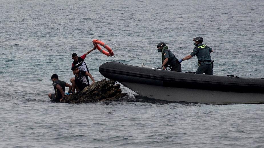 Hiszpańscy żołnierze pomagają migrantom, którzy przedarli się przez marokańską granicę