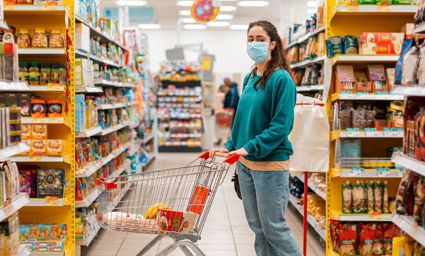 Znane sklepy odmawiają obsługi klientów bez maseczek